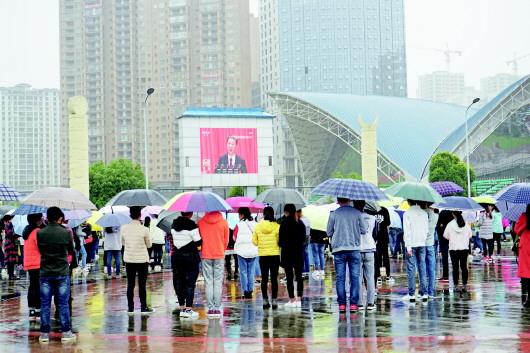 黔南民族师范学院师生雨中收看党的十九 -贵州日报数字报