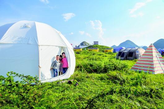 8月19日,游客在大方县油杉河风景区崔苏坝露营基地游玩.